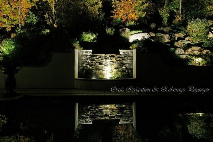 cascade d'eau éclairé la nuit