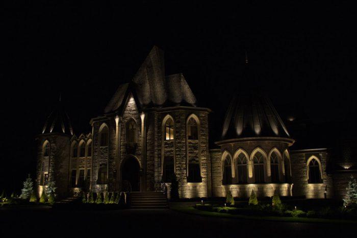 maison de luxe éclairé la nuit