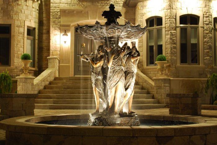 sculopture fontaine éclairé le soir