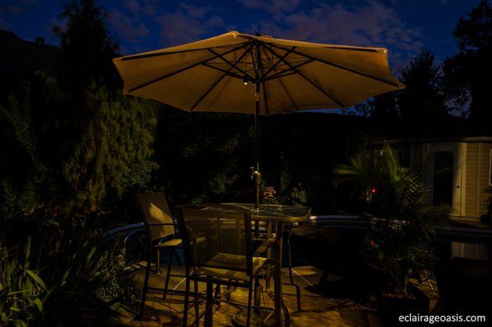 petite table avec chaise éclairé la nuit