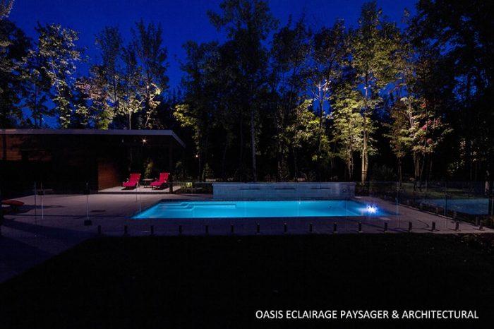 magnifique piscine éclairée avec chaise rouge