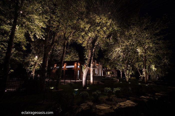 maison éclairé en bordure d'un lac
