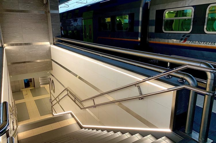 station de train BOLOGNE, ITALIE 2-eclairage